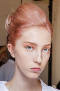 Model_met_living_coral_haarkleur